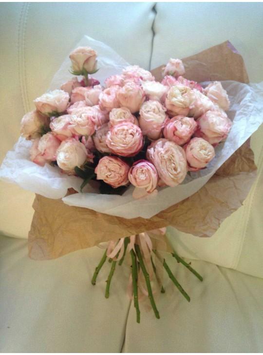 Монобукет из 25 нежно розовых роз в крафте