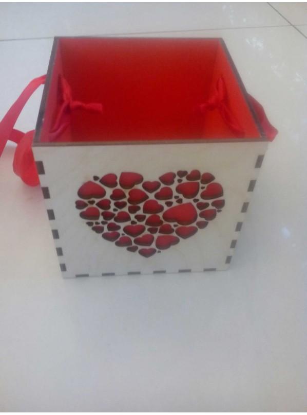 Ящик из дерева с сердцем