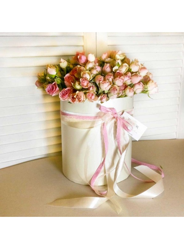 Монобукет из 25 кустовых розовых роз в шляпной коробке